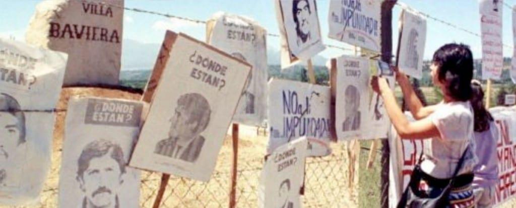Manifestación de familiares de prisioneros políticos de Colonia Dignidad en los 90
